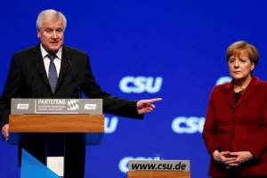 Bavarian Prime Minister and head of the Christian Social Union (CSU) Horst Seehofer welcomes German Chancellor Angela Merkel to the Christian Social Union (CSU) party congress in Munich, Germany November 20, 2015.         REUTERS/Michael Dalder
